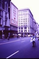 Inköp av ny vinterrock på Macys i New York